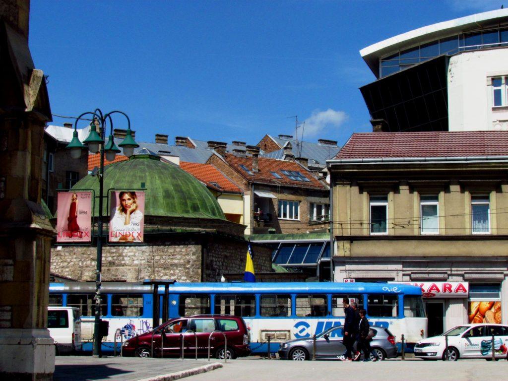 Osrednje mestne prometne povezave pripadajo starinskim tramvajem.
