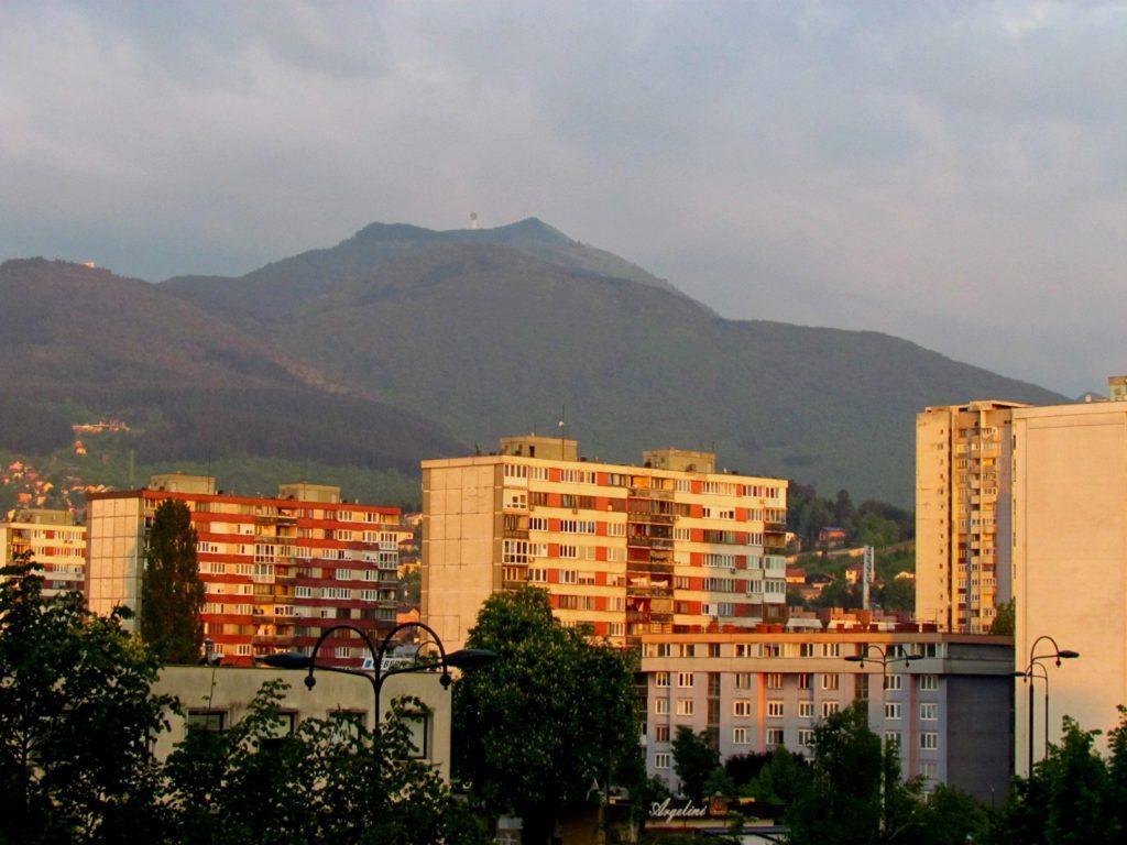 Stolpnice polnijo stanovanjske soseske, prebivalci hiš so umaknjeni na mesto obkrožajoče hribovje.