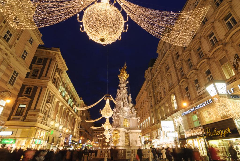 Fußgängerzone Graben mit Pestsäule bei Weihnachtsschmuck