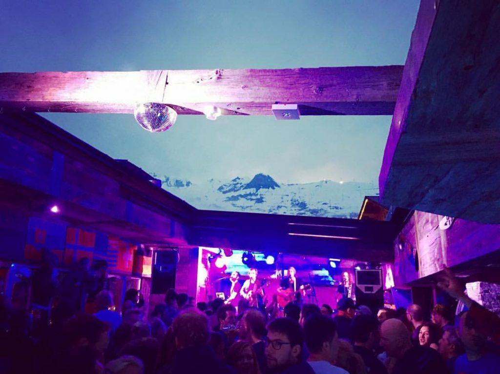 Premična streha v baru Farinet je prava atrakcija.